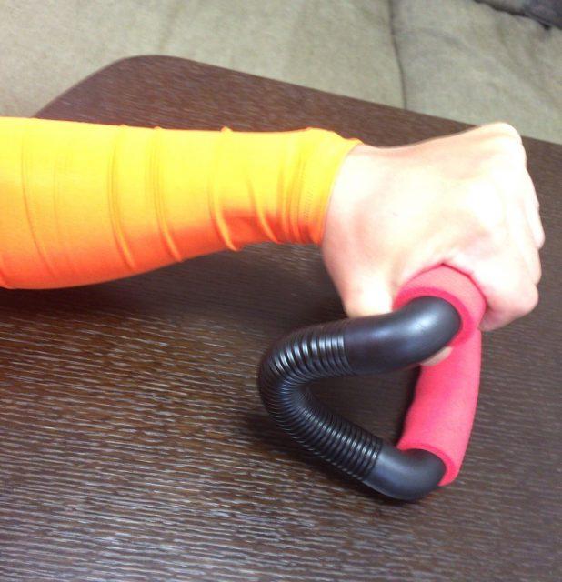 ドコデモジムで腕相撲の練習をしているところ