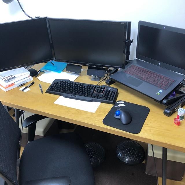 事務机の代わりに使っているダイニングテーブル