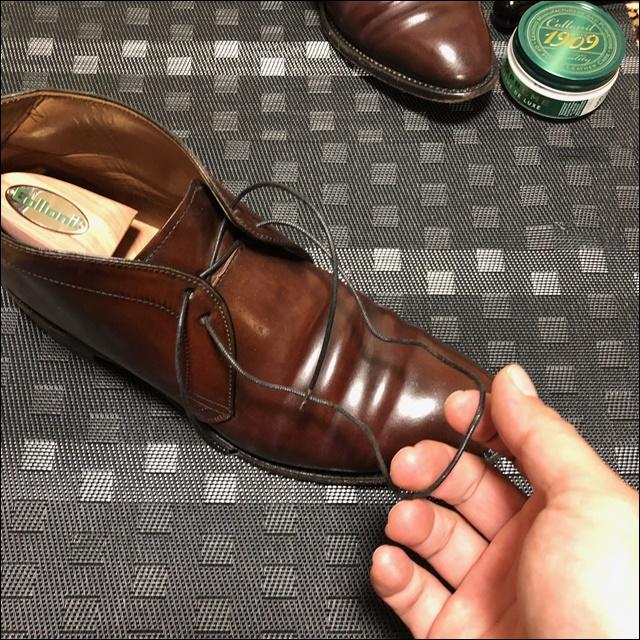 コードバンのチャッカブーツの靴ひもを外すよ