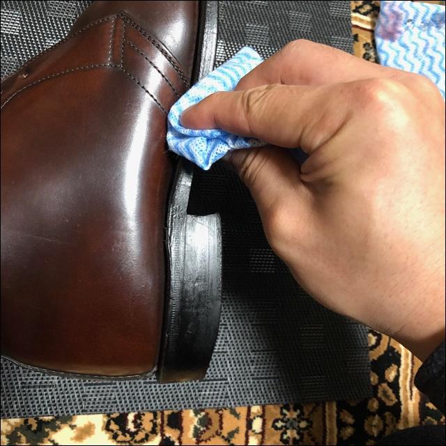コードバンの革靴の反対側にもコバを磨くよ