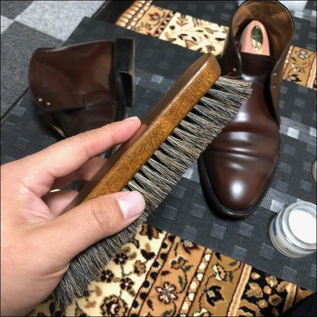 コードバンの革靴にコバインキを塗っていく前にコバを均すよー