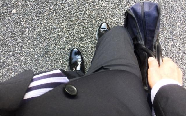 基本的なスーツとビジネスバッグのコーディネート