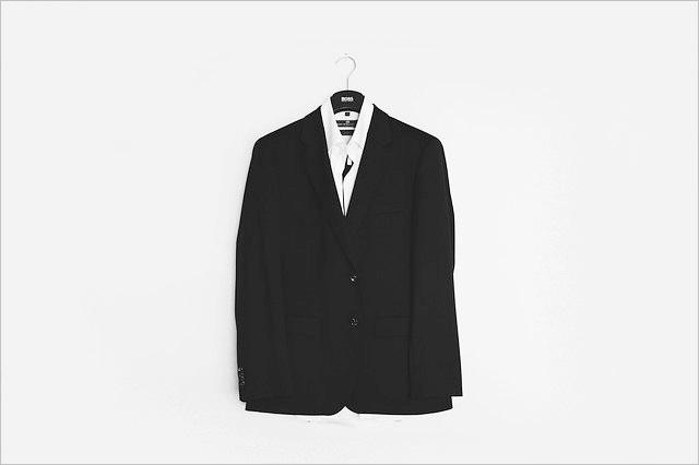 壁にかかったブラックスーツ