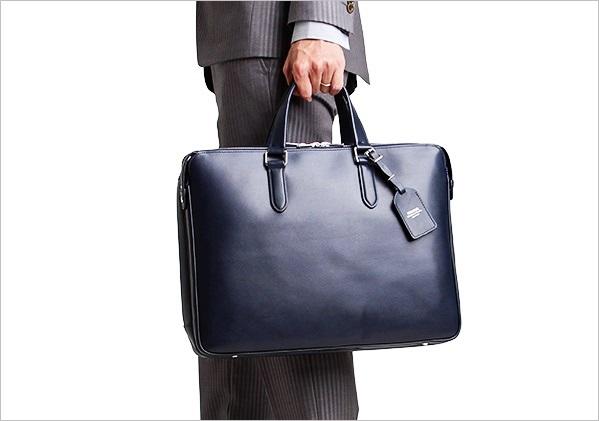 グレーのスーツとブラックのビジネスバッグ