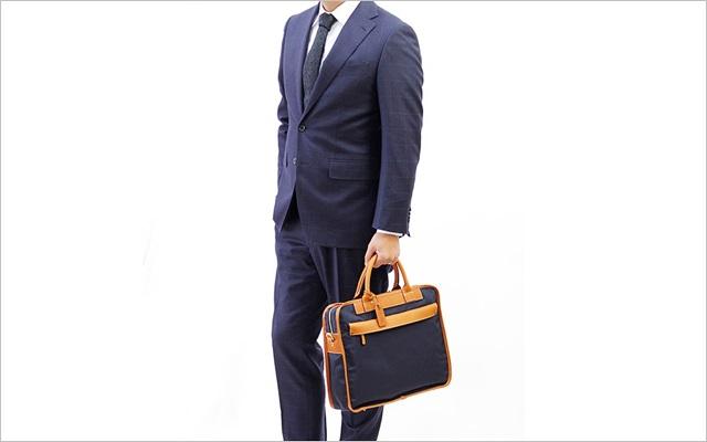 ネイビーのスーツに、ネイビーのビジネスバッグ