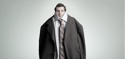 サイズの合っていないスーツ
