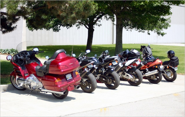 並んだツアラーバイク
