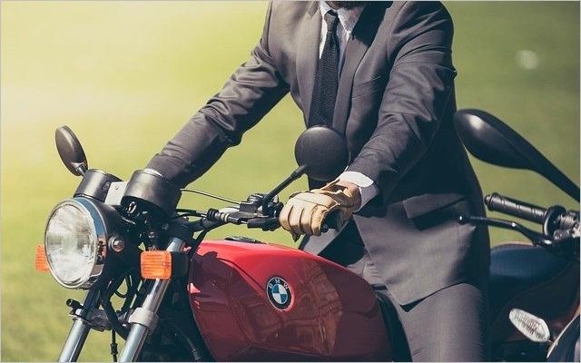 BMWのバイクに乗るサラリーマン