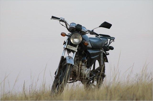 草原の寂しそうなトラッカー系のバイク