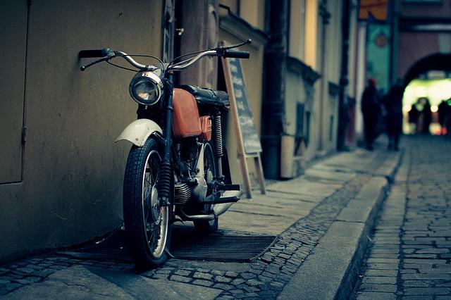 暗い雰囲気のバイク写真