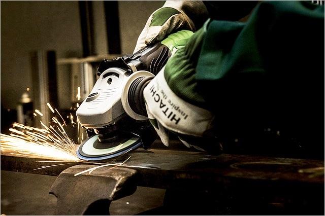 グラインダーで鉄鋼を削っているところ
