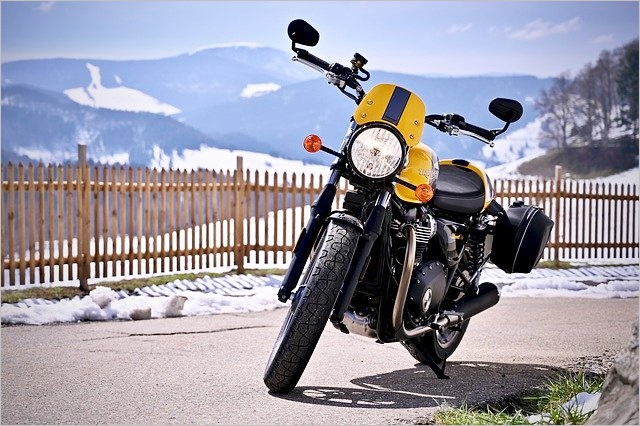 黄色いトライアンフのバイク