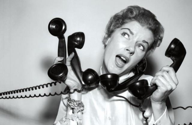 電話がたくさんかかってきている女の人