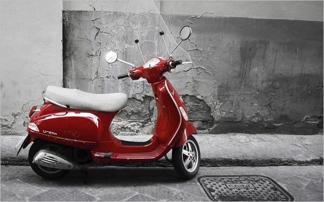 ベスパっぽい赤のスクーター